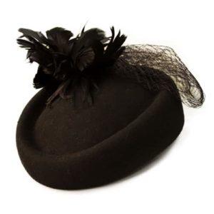 Palarie pillbox din fetru negru cu pene si voaleta