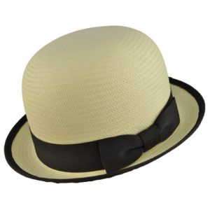 Acest bowler hat de vara este prevazut cu banda textila lata, in culori naturale, imbinata intr-o funda discreta